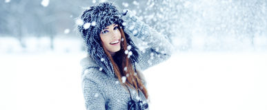 Donne che giocano con la neve in sosta Immagine Stock