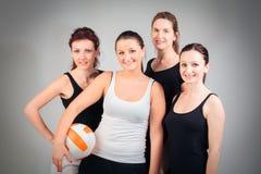 4 donne che giocano pallavolo Fotografia Stock Libera da Diritti