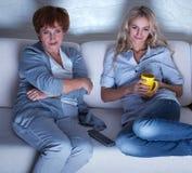 Donne che guardano film Immagini Stock