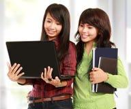 Donne che imparano con un computer portatile Fotografia Stock