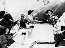 Donne che inviano fuori dall'aereo di imbarco dell'amico (tutte le persone rappresentate non sono vivente più lungo e nessuna pro fotografie stock
