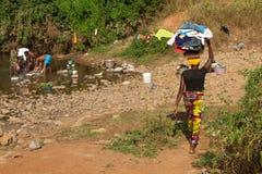 Donne che lavano nel fiume Fotografia Stock