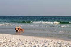 Donne che leggono alla spiaggia Fotografia Stock