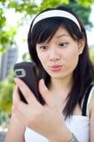 Donne che leggono il messaggio di testo fotografie stock