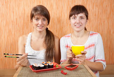 Donne che mangiano i rulli di sushi Immagine Stock Libera da Diritti