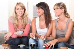 Donne che mangiano un caffè Immagini Stock Libere da Diritti