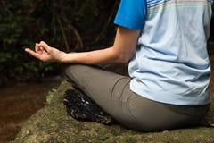 Donne che meditano dal fiume Fotografie Stock Libere da Diritti