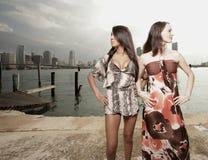 Donne che osservano via Fotografie Stock