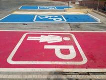 Donne che parcheggiano simbolo e simbolo di parcheggio handicappato Immagini Stock Libere da Diritti