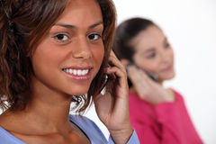 Donne che parlano sui loro telefoni Fotografie Stock Libere da Diritti