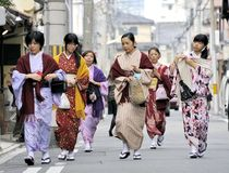 Donne che portano kimono giapponese Immagini Stock