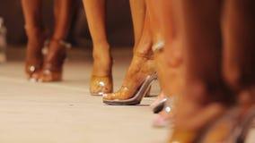 Donne che posano in scena in scarpe del tacco alto, rischio di vene varicose, concorso di bellezza stock footage