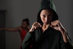 Donne che praticano inscatolamento nello studio di forma fisica Fotografie Stock Libere da Diritti