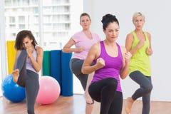 Donne che praticano kickboxing allo studio di forma fisica Fotografia Stock Libera da Diritti