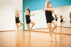 Donne che praticano una routine di ballo Immagini Stock