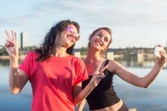 Donne che prendono immagine se stessa, selfie alle vacanze felici di immagine di stile di vita della spiaggia delle ragazze soleg Immagine Stock