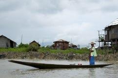 Donne che prendono la barca al mercato Fotografia Stock Libera da Diritti
