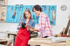 Donne che prendono una rottura al negozio del ` s dell'artigiano Immagini Stock Libere da Diritti