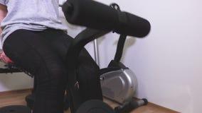 Donne che preparano i muscoli della gamba