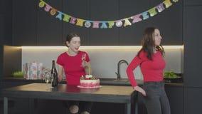 Donne che preparano per la celebrazione del compleanno della mamma stock footage
