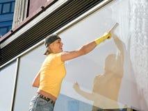 Donne che puliscono una finestra Immagini Stock