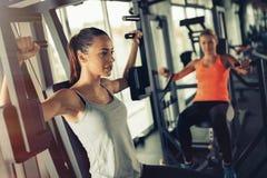Donne che risolvono in ginnastica fotografia stock