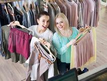 Donne che scelgono nuovo indumento fotografia stock