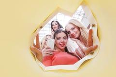 Donne che sembrano borsa interna Fotografia Stock Libera da Diritti