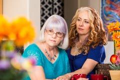 Donne che sembrano serie in cucina brillantemente colorata fotografie stock libere da diritti