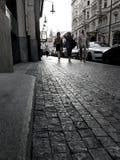 Donne che si allontanano in vecchia via della città a Praga Fotografia Stock Libera da Diritti