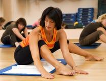 Donne che si esercitano nel randello di forma fisica Immagini Stock Libere da Diritti