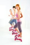 Donne che si esercitano sulla macchina fare un passo Fotografie Stock