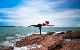 Donne che si esercitano in yoga immagini stock