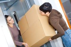 Donne che si muovono a casa Immagini Stock