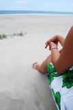 Donne che si siedono sulla spiaggia Immagini Stock