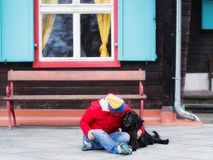 Donne che si siedono sulla terra con il suo cane immagine stock