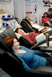 Donne che si siedono in una presidenza di massaggio Immagine Stock Libera da Diritti