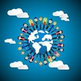Donne che si tengono per mano intorno al globo sul fondo del cielo blu Immagini Stock Libere da Diritti