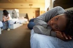 Donne che si trovano sui letti nel riparo senza tetto Immagini Stock