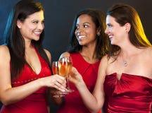 Donne che tengono i vetri del champagne fotografia stock