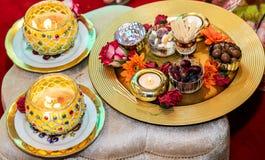 Donne che tengono le candele per nozze del henn? di mendhi fotografia stock libera da diritti