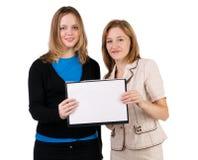 Donne che tengono spazio in bianco Fotografia Stock