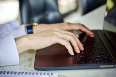 Donne che usando acquisto online di tecnologia del computer portatile al caffè Fotografia Stock Libera da Diritti