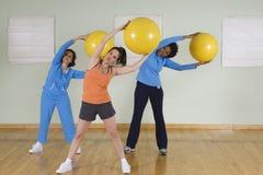 Donne che usando le palle di esercizio fotografie stock libere da diritti