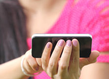 Donne che usando smartphone Fotografie Stock