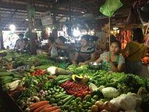 Donne che vendono alimento in una stalla del mercato in Siem Reap Immagini Stock Libere da Diritti