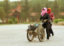 Donne cinesi che camminano sulla via durante la tempesta di sabbia Fotografia Stock Libera da Diritti