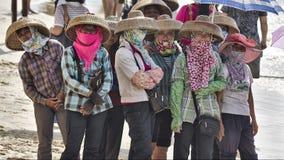 Donne cinesi di pesca che indossano i vestiti tradizionali Fotografia Stock