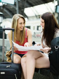Donne con bagaglio e la mappa Immagini Stock Libere da Diritti