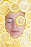 Donne con i limoni sul fronte Immagini Stock Libere da Diritti